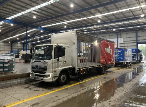 12 Pallet Curtain Side Truck w/tail lift 1