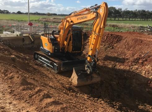 14.5T Hyundai Excavator w/ Dozer blade 2