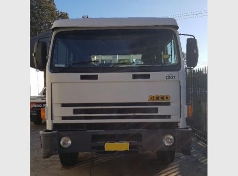 20 Tonne Flatbed Truck w/forklift 4