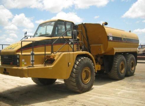 2002 Caterpillar 740 articulated Water Truck (H6120)