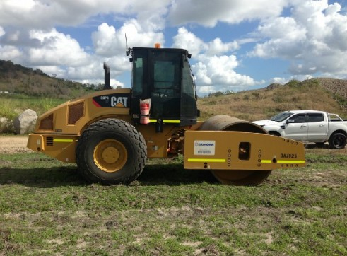 2012 Cat CS67 Vibrating Roller 1