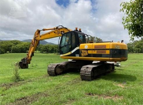 22T JCB  JS220 Excavator w/Log Grab, Stick Rake & Bucket 1