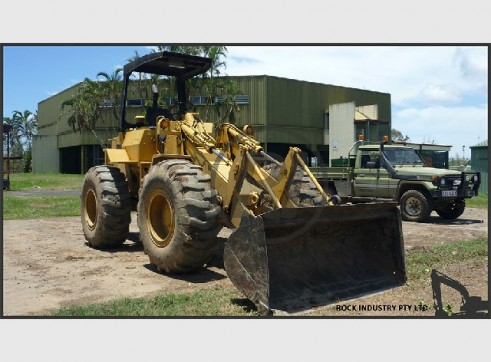 Cat 910 Front End Loader with Bucket, Forks and Low Group Pressure Tyres 1