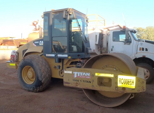 Cat CS-563E 12T Smooth Drum Roller  1