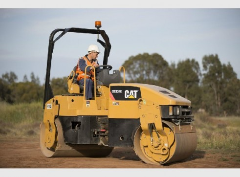 Caterpillar CB-34 Smooth Drum Roller 4 tonne 2