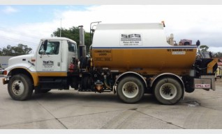 International Navistar Site Service Truck - 10,800L Fuel + lubes 1
